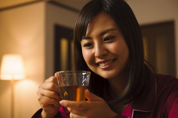 寝る前に飲み物を飲む女性
