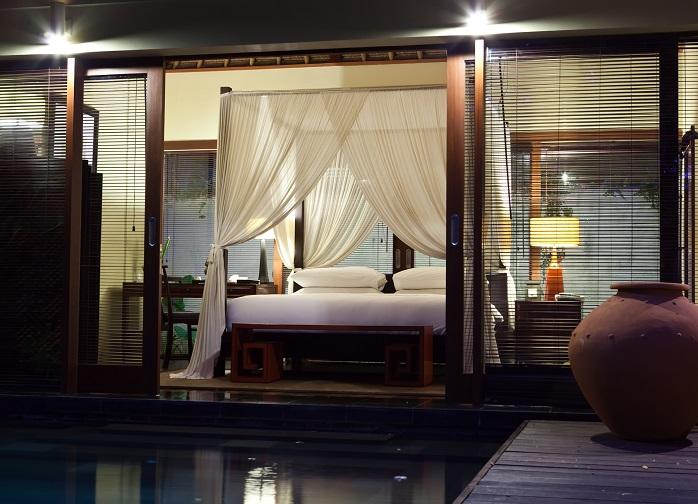 灯りが穏やかで落ち着いた雰囲気の寝室