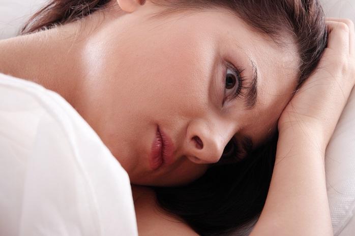 不眠症で悩む若い女性