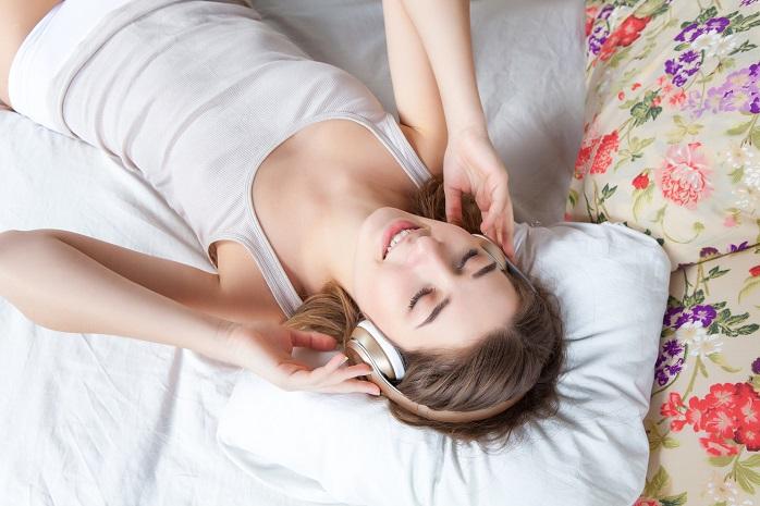 音楽を聴きながら眠る女性