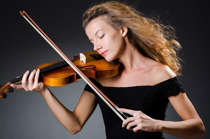 チェロを演奏する女性