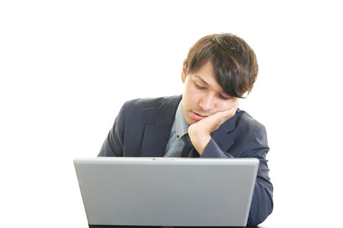 パソコン作業に疲れているサラリーマン